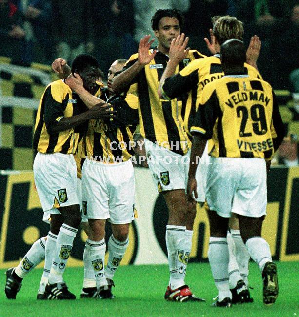 Arnhem,01-12-99  foto:Koos Groenewold<br />Zongo(uiterst links) wordt door zijn ploeggenoten gefeliciteerd na het maken van het eerste doelpunt voor Vitesse in de wedstrijd tegen RKC