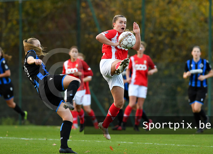 Elle Decorte (7 Brugge) pictured in a fight for the ball with Standard's Davinia Vanmechelen during a female soccer game between Standard Femina de Liege and Club Brugge YLA on the seventh matchday of the 2020 - 2021 season of Belgian Scooore Womens Super League , saturday 14 th of November 2020  in Angleur , Belgium . PHOTO SPORTPIX.BE   SPP   DAVID CATRY