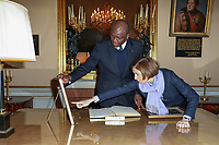 HAMED BAKAYOKO (MINISTRE DE LA DEFENSE DE LA REPUBLIQUE DE COTE D'IVOIRE), FLORENCE PARLY (MINISTRE DES ARMEES) - ENTRETIEN DE FLORENCE PARLY, MINISTRE DES ARMEES, AVEC HAMED BAKAYOKO, MINISTRE DE LA DEFENSE DE LA REPUBLIQUE DE COTE D'IVOIRE A L'HOTEL DE BRIENNE, PARIS, FRANCE, LE 10/11/2017.