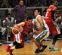 MEDELLIN -COLOMBIA-18-05-2014. Simon Granado (Der) de Academia de La Monta–a disputa el balon con Rodrigo Caicedo  de Condores de Cundinamarca. Aspecto del partido entre Academia de La Monta–a  y Condores de Cundinamarca en la semifinal de la  Liga Direct TV de baloncesto Profesional de Colombia realizado en el coliseo Ivan de Bedout en Medell'n./  Simon Granado  (R) of Academia of La Monta–a dispute the ball with Rodrigo Caicedo of  Condores of Cundinamarca. Appearance vs Academia of The Monta–a and Condores of Cundinamarca in the semifinals of the League Direct TV Colombia Professional basketball made ??in Ivan Bedout Coliseum in Medellin..  Photo: VizzorImage / Luis Rios / Stringer