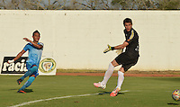 MONTERIA - COLOMBIA -10-02-2015: Denis Gomez (Izq.) jugador de Jaguares FC logra anotar un gol sobre Rodrigo Odriozola (Der.) arquero de Deportivo Pasto durante  partido entre Jaguares FC y Deportivo Pasto,  por la fecha 3 de la Liga de Aguila I 2015 en el estadio Municipal de Monteria en la ciudad de Monteria. / Denis Gomez (L) of Jaguares FC, achieves to score a goal over Rodrigo Odriozola (R) goalkeeper of Deportivo Pasto during a match Jaguares FC and Deportivo Pasto for date 3 of the Liga de Aguila I 2015 at the Municipal de Monteria stadium in Monteria city. Photo: VizzorImage / Jose Perdomo / Cont