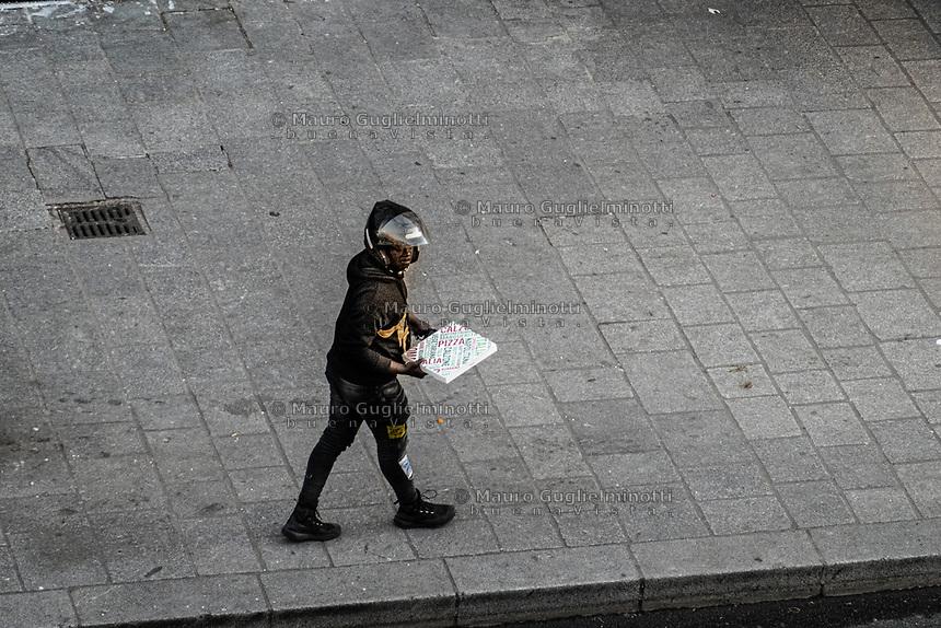 ragazzo di colore con scatola di pizza  black man with Pizza box