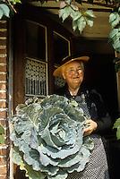 Europe/France/Limousin/23/Creuse: Grand mère, paysanne creusoise et son chou Auto N: C35<br /> PHOTO D'ARCHIVES // ARCHIVAL IMAGES<br /> FRANCE 1980