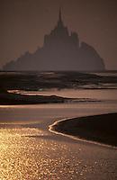 Europe/France/Basse-Normandie/50/Manche/Le Mont St-Michel: les grèves de la baie et la silhouette du Mont au soleil couchant