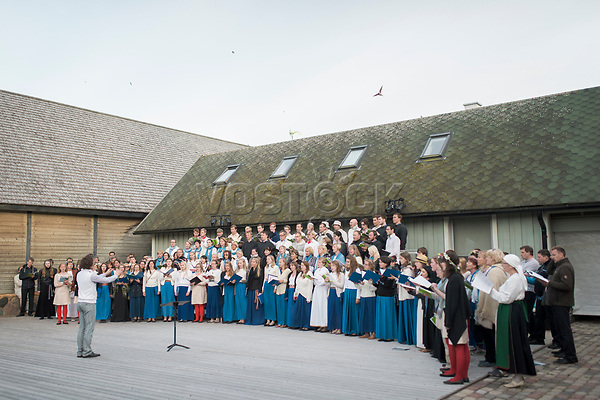 Estland, Saenger und Saengerinnen beim ersten Nargen Gesangs-Festival auf der Insel Naissaar in Estland. <br /> <br /> Engl.: Europe, the Baltic, Estonia, Naissaar island, first Naissaar Song Celebration, song festival, culture, singers, choir, 28 June 2014<br /> <br /> || Sieben herausragende Accapella-Choere aus Estland singen Lieder mit Bezug auf das Meer und geben auch schon einen kleinen Vorgeschmack auf das Repertoire des grossen Saengerfeste in Tallinn, 28.06.2014