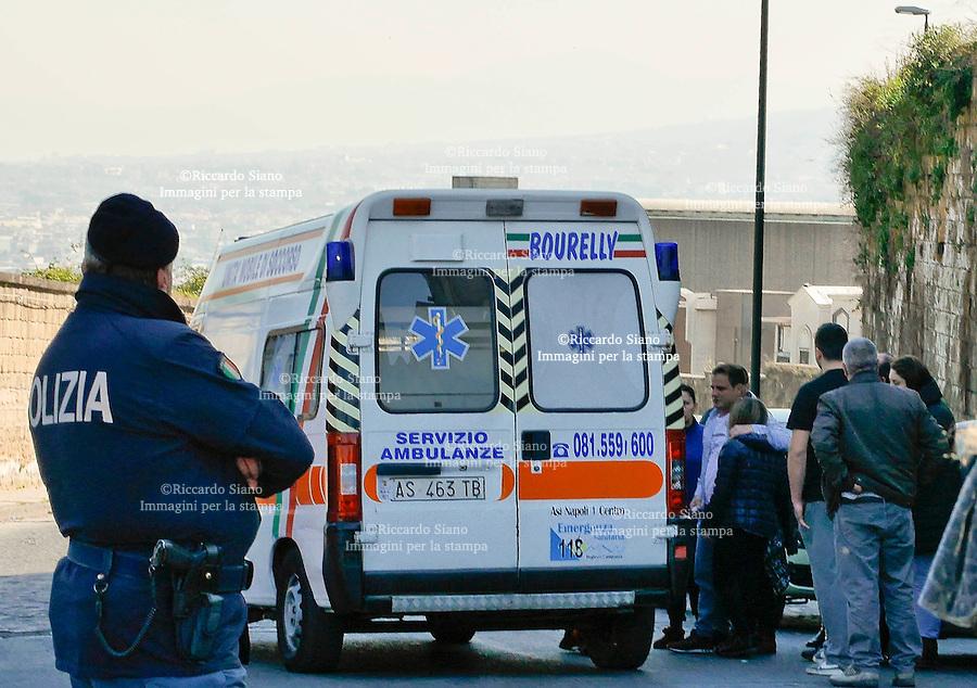 - NAPOLI 1 MAR  2014 -  Scontro Municipalità-Comume sul campo Rom da abbattere al via del Pianto. il padre con la figlia  vittima  vittima dell'aggressioni