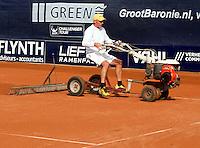 07-09-11, Tennis, Alphen aan den Rijn, Tean International, Paul van Deurse de groundsman heeft zijn handen vol