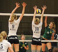 Optima Lendelede - Hermes Oostende ..Marjon Willaert (rechts) smasht de bal in het blok van Isabelle Meheus (midden) en Céline Vandenbroucke (links)..foto VDB / BART VANDENBROUCKE