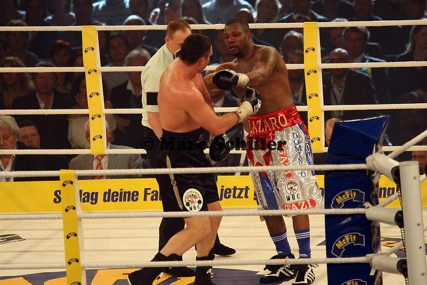 Vitali Klitschko (UKR) gegen Juan Carlos Gomez (CUB)<br /> Vitali Klitschko vs. Juan Carlos Gomez, Hanns-Martin Schleyer Halle *** Local Caption *** Foto ist honorarpflichtig! zzgl. gesetzl. MwSt. Auf Anfrage in hoeherer Qualitaet/Aufloesung. Belegexemplar an: Marc Schueler, Am Ziegelfalltor 4, 64625 Bensheim, Tel. +49 (0) 151 11 65 49 88, www.gameday-mediaservices.de. Email: marc.schueler@gameday-mediaservices.de, Bankverbindung: Volksbank Bergstrasse, Kto.: 151297, BLZ: 50960101