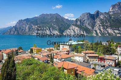 Italy, Trentino, Lake Garda, Torbole: resort on North bank of lake Garda with Rocchetta mountains | Italien, Trentino, Gardasee, Torbole: Urlaubsort am Nordurfer vor dem Rocchetta-Massiv