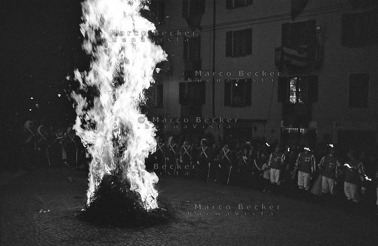 Storico Carnevale di Ivrea, il rituale di origine medioevale della bruciatura dello scarlo, un palo rivestito di erica e ginepro --- Historic Carnival of Ivrea, the medieval ritual of burning of the Scarlo, a stake covered with brier and juniper