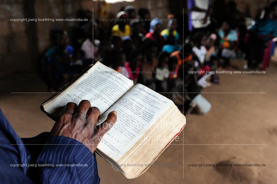 Angola Kwanza Sul, village Sao Pedro, holy mass in church, catechist reading the bible in local language / ANGOLA Kwanza Sul, Dorf Sao Pedro, Dorfkirche und Gottesdienst, Katechist list die Bibel in lokaler Sprache