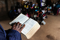 Angola Kwanza Sul, village Sao Pedro, holy mass in church, catechist reading the bible in local language / ANGOLA Kwanza Sul, Dorf Sao Pedro, Dorfkirche und Gottesdienst, Katechist list die Bibel in lokaler Sprache