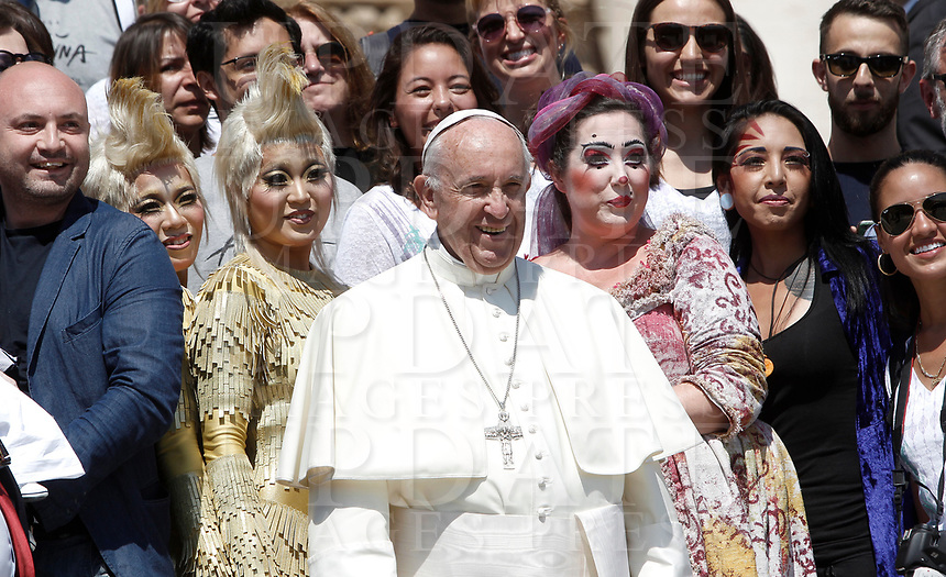 """Papa Francesco posa per una foto con alcuni membri del """"Cirque du Soleil""""  al termine dell'udienza generale del mercoledi' in Piazza San Pietro, Citta' del Vaticano, 31 maggio, 2017.<br /> Pope Francis poses for a photo with members of the """"Cirque du Soleil"""" at the end of his weekly general audience in St. Peter's Square at the Vatican, on May 31, 2017.<br /> UPDATE IMAGES PRESS/Isabella Bonotto<br /> STRICTLY ONLY FOR EDITORIAL USE"""