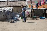 Dragos kocht draußen auf Holzfeuer seine Mahlzeit.<br /><br />In Ocolna im Süden Rumäniens träumt Dragos von einem eigenen Friseursalon. Das vorwiegend von Roma bewohnte Dorf  ist arm, aber die Bewohner haben eine Initiative gegründet um gegenzusteuern. Neben wichtigen Infrastrukturvorhaben ist auch Dragos Friseursalon ein Teil der Vorhaben um eine Verbesserung der derzeitigen Situation zu erreichen.