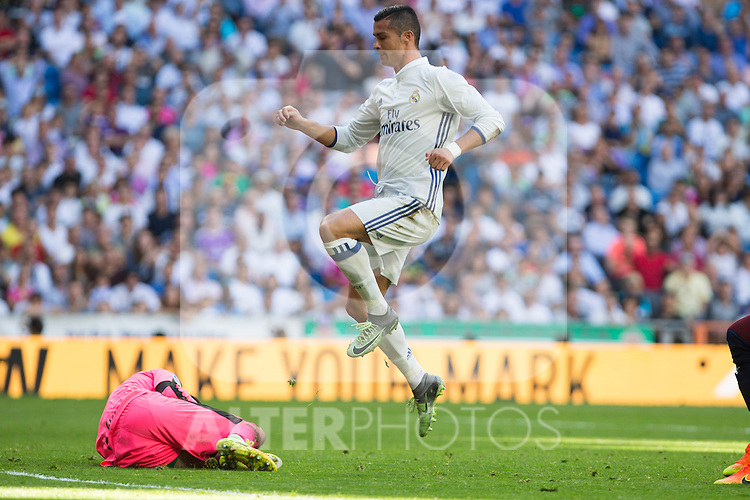 Eibar's Asier Riesgo and Real Madrid's Cristiano Ronaldo durign the match of La Liga between Real Madrid and SD Eibar at Santiago Bernabeu Stadium in Madrid. October 02, 2016. (ALTERPHOTOS/Rodrigo Jimenez)