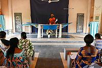 NIGER, Niamey, catholic chruch, women in mass, altar in shape of boat / katholische Kirche, heilige Messe, Altar in Form einer Pinasse Piroge Holzboote auf dem Fluß Niger