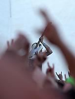 Das Festival With Full Force geht in die 18. Runde. 60 Bands aus der Hardcore-, Punk- und Metallszene haben sich auf dem haertesten Acker Deutschlands nahe Roitzschjora versammelt. Dazu gesellen sich nach Angaben der Veranstalter Sven Borges, Mike Schorler und Roland Ritter fast 30000 Besucher aus aller Welt. Drei Tage lassen die Bands ihre stromgestaehlten Gitarren gluehen und pusten per Mega-Boxenwand das Gras von der Landebahn des Sportflugplatzes. im Bild: Matt Kean Bassist der Band Bring me the Horizon zelebriert das Saitenspiel in der tosenden Masse.   Foto: Alexander Bley