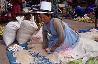 Amérique/Amérique du Sud/Pérou/Pisac : Le marché - Marchand de sel des salins