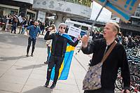 """Am Samstag den 16. Mai 2020 demonstrierten in Berlin an mehreren Orten mehrere hundert Menschen mit sog. """"Hygiene-Demonstrationen"""" gegen die Einschraenkungen zur Eindaemmung der Covid-19-Pandemie. An diesen """"Hygiene-Demonstrationen"""" nahmen vor allem Verschwoerungsanhaenger aber auch Hooligans, Neonazis und andere Rechte teil.<br /> Im Bild: Ein Gegner der Corona-Beschraenkung tanzt zu Technomusik auf dem Alexanderplatz. Er hat sich eine schwedische Fahne umgehaengt, da zu Beginn der Pandemie in Schweden die Beschraenkungen des oeffentlichen Lebens nicht so umfassend waren wir in Deutschland. Nach tausenden Infektionen mit Covid-19 hat jedoch auch Schweden umfassende Einschraenkungen vorgenommen.<br /> 16.5.2020, Berlin<br /> Copyright: Christian-Ditsch.de<br /> [NUR FUER REDAKTIONELLE ZWECKE! Werbung nur auf Anfrage beim Fotografen. Inhaltsveraendernde Manipulation des Fotos nur nach ausdruecklicher Genehmigung des Fotografen. Vereinbarungen ueber Abtretung von Persoenlichkeitsrechten/Model Release der abgebildeten Person/Personen liegen nicht vor. NO MODEL RELEASE! Don't publish without copyright Christian-Ditsch.de, Veroeffentlichung nur mit Fotografennennung, sowie gegen Honorar, MwSt. und Beleg. Konto: I N G - D i B a, IBAN DE58500105175400192269, BIC INGDDEFFXXX, Kontakt: post@christian-ditsch.de<br /> Bei der Bearbeitung der Dateiinformationen darf die Urheberkennzeichnung in den EXIF- und  IPTC-Daten nicht entfernt werden, diese sind in digitalen Medien nach §95c UrhG rechtlich geschuetzt. Der Urhebervermerk wird gemaess §13 UrhG verlangt.]"""