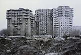 In den Vororten von Almaty ist es schnell mit der Idylle vorbei. In den Hinterhöfen findet man verlassene Baustellen und Müllabladeplätze. Der Großteil der Bevölkerung kann sich keine Wohnung in der Stadt leisten. Viele Pendler leben in den Dörfern und nehmen jeden Tag zweistündige Fahrten in überfüllten Bussen auf sich, um zur Arbeit zu kommen. Kasachstan ist rohstoffreich und prosperiert. Kritik an den Schattenseiten des Aufstiegs duldet das System von Präsident Nursultan Nasarbajew nur geringfügig. Bilder von Hinterhöfen und grauen Vorstädten sollen nicht an die Öffentlichkeit gelangen. / Kazakhstan is a resource-rich and prosperous country.  President Nursultan Nasarbajew's system hardly allows any criticism. Pictures of backyards and suburbs are not supposed to go public.