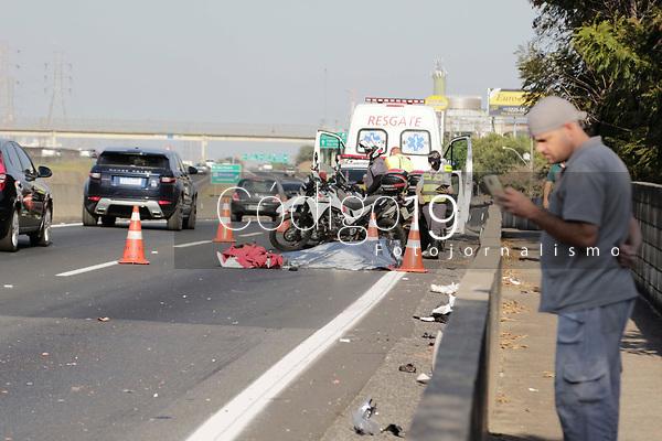 Campinas (SP), 12/08/2020 - Acidente - Colisão lateral envolvendo uma carreta e uma motocicleta na rodovia anhnaguera na tarde desta quarta-feira (12). <br /> <br /> Veículos transitavam no mesmo sentido e por motivo a ser esclarecido houve a colisão que causou a morte do motociclista. <br /> Com apoio de viaturas do 47 BPM-I a carreta foi abordada na SP-075 Santos Dumont km 72 sul.<br />  O condutor da carreta informou que não percebeu o acidente e estava vindo de Amparo carregado com produtos YPE com destino à cidade de Cambe/PR. <br /> <br /> Teste do etilômetro feito no condutor da carreta constou negativo.<br /> <br /> Via marginal interditada.<br />  Ocorrência em atendimento