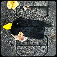 Eine gebrauchte medizinische Schutzmaske liegt auf der Strasse in Berlin.<br /> 20.11.2020, Berlin<br /> Copyright: Christian-Ditsch.de.11.2020, Berlin<br /> Copyright: Christian-Ditsch.de
