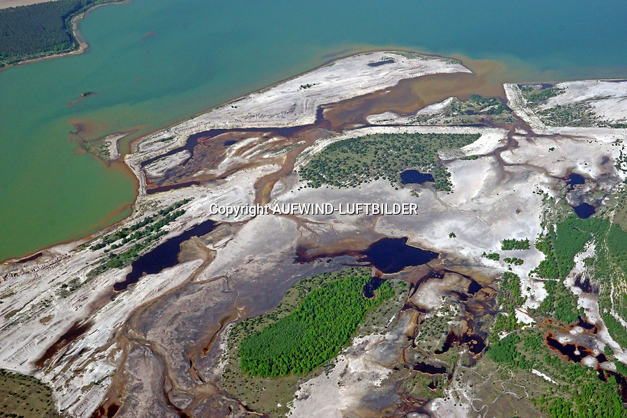 """Stiebsdorfer See: EUROPA, DEUTSCHLAND, BRANDENBURG (EUROPE, GERMANY), 06.05.2018 Stiebsdorfer See<br /> Der Stiebsdorfer See ist ein 51 Hektar großer rekultivierter Tagebausee, der nach dem devastierten Ort Stiebsdorf (Sćiwojce) benannt ist.  Der See entstand aus einem Restloch des Braunkohletagebaus Schlabendorf Süd und wurde durch Spreewasser zwischen 1999 und 2011 gefüllt. Er ist Teil von Sielmanns Naturlandschaft Wanninchen und das Zentrum des Naturschutzgebiets """"Drehnaer Weinberg und Stiebsdorfer See""""."""