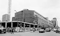 Construction au centre-ville de Montréal dans les années 80.<br /> <br /> Le Faubourg, rue Ste-Catherine et Guy, vers l'ouest, mai 1988