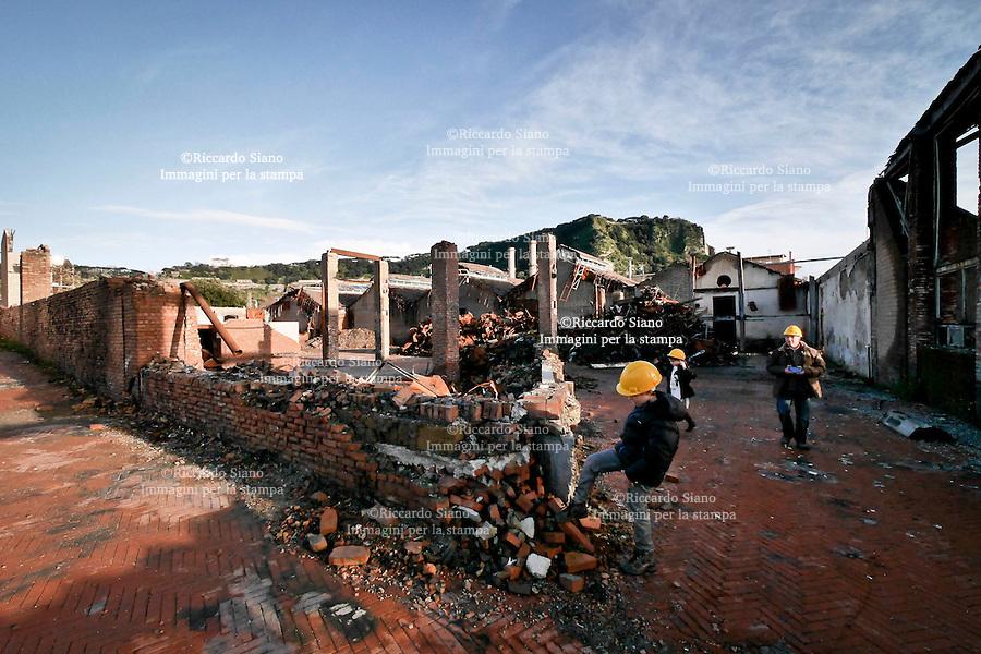 - NAPOLI, 4 MAR - Centinaia di ragazzi con le famiglie hanno visitato gli spazi distrutti di Città della Scienza, che ha aperto le sue porte per ricordare l'incendio che ne distrusse la parte a mare esattamente un anno fa.