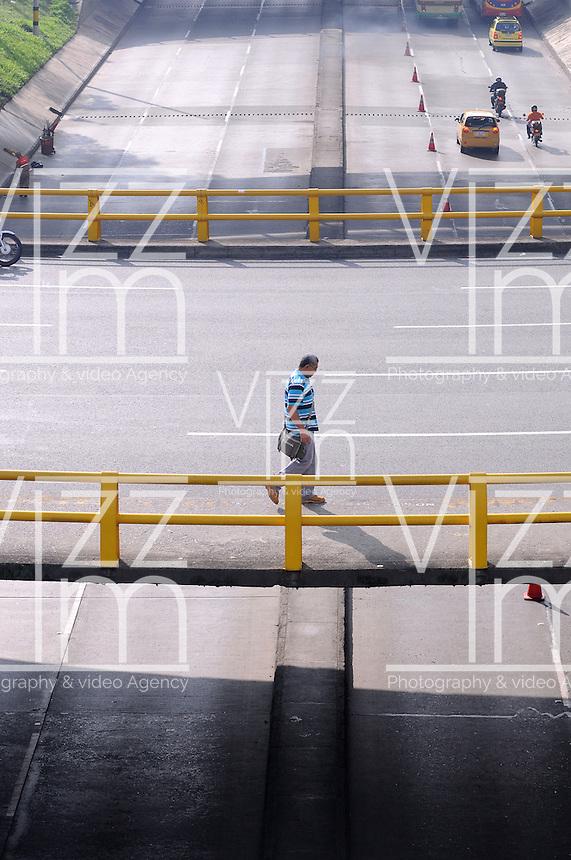 MEDELLIN - COLOMBIA - 22- 04- 2013: Ciudadanos caminan a lo largo de una avenida vacía durante el Día sin Carro, en la ciudad de Medellín, departamento de Antioquia, Colombia, abril 22 de 2013. En Medellin y toda el área metropolitana se realiza hoy una jornada mas del Dia sin Carro, La medida rige entre las 7:00 a.m. y las 6:00 p.m. y prohibe la circulación de vehículos particulares con menos de tres pasajeros, esta medida no rige para vehículos de emergencia, de las Fuerzas Armadas y policiales, el transporte escolar y los autos que funcionen con gas o con energía. (Foto: VizzorImage / Luis Rios / Str.) Citizens walks along an empty street during a Day without Car, in Medellin, Antioquia department, Colombia, April 22, 2013. In Medellin and the metropolitan area is made today a Day without Car, The measure applies between 7:00 am and 6:00 pm and prohibits the circulation of private cars with fewer than three passengers, this measure does not apply for emergency vehicles, the armed forces and police, school buses and cars that run on gas or energy. (Photo: VizzorImage / Luis Rios / Str)..