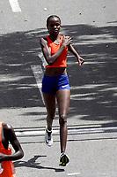 BOGOTÁ -COLOMBIA, 29-07-2018: Aspecto de los participantes en la media maratón de Bogotá 2018, mmB. Con sus tradicionales 21km, en esta ocasión el ganador del segundo puesto en elite varones fue Feyisa Lilesa de Etiopia, con un tiempo de 1h 05m 22s, y en elite mujeres Brigid Kosgei de Kenia con un tiempo de 1h 14m 40s. / Aspect of the people during the half marathon of Bogota 2018, mmB. With its 21Km in this edition the winner of the second place was Feyisa Lilesa of Ethiopia in elite men category with a time of 1h 05m 16s, and in elite women the winner was Brigid Kosgei of Kenya with a time of 1h 12m 16s. Photo: VizzorImage / Diego Cuevas / Cont