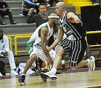 BOGOTA - COLOMBIA: 07-05-2013: Quiroz (Der.) de Piratas de Bogotá, disputa el balón con Barlow (Izq.) de  Aguilas de Tunja mayo  7 de 2013. Piratas y Aguilas de Tunja disputaron partido de la fecha 12 de la fase II de la Liga Directv Profesional de baloncesto en partido jugado en el Coliseo El Salitre. (Foto: VizzorImage / Luis Ramirez / Staff). Quiroz (R) of Pirates from Bogota disputes the ball with Barlow (L) of Aguilas from Tunja May 7, 2013. Piratas and Aguilas de Tunja disputed a match for the 12 date of the Fase II of the League of Professional Directv basketball game at the Coliseo El Salitre. (Photo. VizzorImage / Luis Ramirez / Staff)