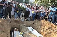 RIO DE JANEIRO, RJ, 25.07.2019: CRIME-RIO - Mãe e filha mortas dentro de casa, em Marechal Hermes, na Zona Norte do Rio, serão enterradas na tarde desta quinta-feira (25) no cemitério de Olinda no Rio de Janeiro. Luciana Almeida da Silva, de 35 anos, e Lindsay de Almeida Reis, de 16,foram mortas por dois homens, que invadiram a casa da família e abriram fogo contra os quatro moradores da residência. (Foto: Celso Barbosa/Código19)