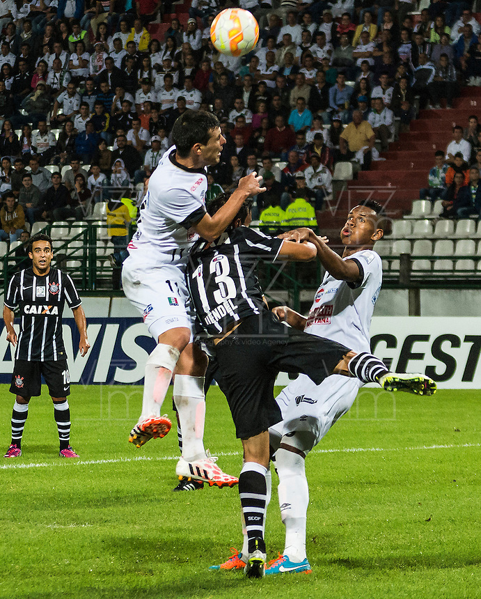 MANIZALES- COLOMBIA - 11-02-2015: Sebastian Penco (Izq) Johan Arango Ambuila (Der)jugadores de Once Caldas, disputan el balón con Uendel (C) jugador del Corinthians, durante partido de vuelta entre Once Caldas de Colombia y Corinthians de Brasil por la primera fase, repechaje 6, de la Copa Bridgestone Libertadores en el estadio Palogrande, de la ciudad de Manizales. / Sebastian Penco (L) and Johan Arango Ambuila (R)players of Once Caldas, vie for the ball with Uendel (R) player of Corinthians, during a match for the second leg between Once Caldas of Colombia and Corinthians of Brasil for the first phase, playoff 6, of the Copa Bridgestone Libertadores in the Palogrande stadium in Manizales city. Photos: VizzorImage / Kevin Toro / Cont