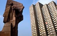 BERLINO EST / DDR / GERMANIA EST / NOVEMBRE 1989.STATUA DI LENIN IN LENIN PLATZ..FOTO LIVIO SENIGALLIESI..EAST BERLIN / DDR / EAST GERMANY / NOVEMBER 1990.LENIN STATUE IN LENIN PLATZ..PHOTO LIVIO SENIGALLIESI