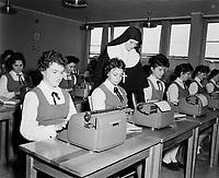 Education donnee par des religieux,<br /> vers 1960, au Quebec<br /> <br /> classe de dactylographie<br /> <br /> <br /> <br /> PHOTO  : Agence Quebec Presse