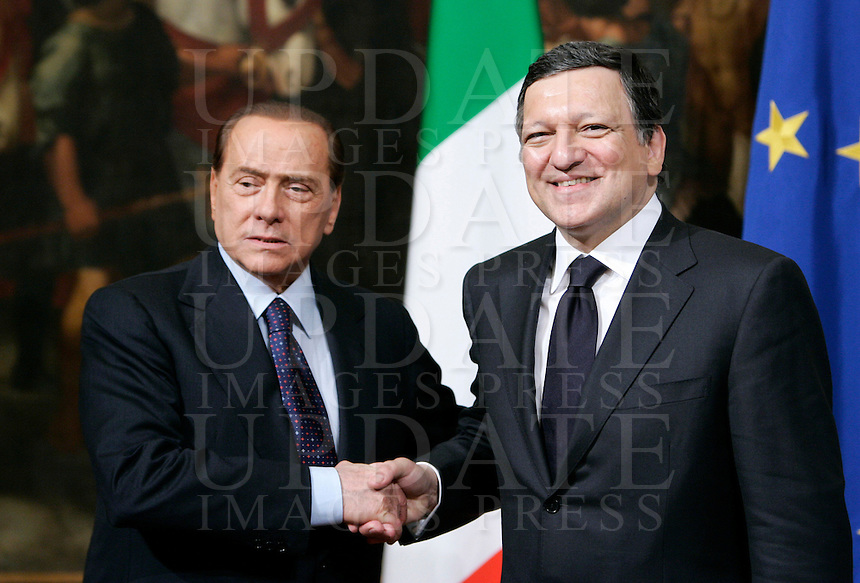 Il Presidente del Consiglio Silvio Berlusconi, a sinistra, stringe la mano al Presidente della Commissione Europea Jose' Manuel Durao Barroso a Palazzo Chigi, Roma, 21 maggio 2010..Italian Premier Silvio Berlusconi, left, shakes hands with European Commission President Jose' Manuel Durao Barroso at Chigi Palace, Rome, 21 may 2010..UPDATE IMAGES PRESS/Riccardo De Luca