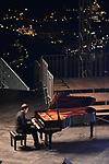 Extra Festival<br /> Belvedere di Villa Rufolo<br /> O graziosa luna…<br /> A 50 anni dall'allunaggio una serata di narrazioni sulla Luna <br /> e il cosmo, musica dedicata alla Luna e osservazioni del cielo <br /> con Valerio Rossi Albertini, il pianista Mario Merola e gli esperti dell'Associazione AstroCampania<br /> <br /> Musiche di Chopin, Debussy, Scarlatti, Scriabin <br /> Conduce Rosita Sosto Archimio<br /> <br /> In collaborazione con Città della Scienza Napoli