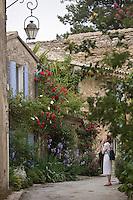 Europe/France/Provence-Alpes-Côte d'Azur/Vaucluse/Oppède le Vieux: Vieille demeure dans les  ruelles fleuries  du village
