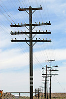 4415 / Stommast in den USA: AMERIKA, VEREINIGTE STAATEN VON AMERIKA, NEVADA,  (AMERICA, UNITED STATES OF AMERICA), 25.07.2006: Strommast in den USA an der State Route 375. Oberirdische Stromversorgung in den USA fuehren immer wieder zu Ausfaellen der Stromversorgung. Die Nevada State Route 375, besser bekannt als Extraterrestrial Highway (seit 1996 offiz. Bezeichnung), Highway 375 oder kurz ET-Highway, ist eine Bundesstrasse in den Counties Lincoln und Nye im Sueden Nevadas im Suedwesten der USA. Sie verlaeuft zwischen Warm Springs, wo sie vom U.S. Highway 6 abbiegt und Crystal Springs, wo sie ueber eine kurzen Abstecher auf die Nevada State Route 318 in den U.S. Highway 93 einbiegt, und ist 158 Kilometer (98,4 Meilen) lang. ..