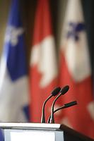 Lutrin sur fond de drapeaux Canadien, Quebecois, Ville de Montréal<br /> <br />  PHOTO  :   Agence Quebec Presse