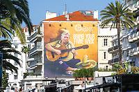 Panneau publicitaire montrant Donald Trump en chanteuse de rue mexicaine avec un sombrero devant lui, à l initiative du premier distributeur de contenu télévisé indépendant du monde 'Global Agency' lors du MIPTV 2017 - Cannes, France, jeudi 6 avril 2017.