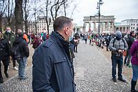 """Sogenannten """"Querdenker"""" sowie verschiedene rechte und rechtsextreme Gruppen hatten fuer den 18. November 2020 zu einer Blockade des Bundestag aufgerufen. Sie wollten damit verhindern, dass es """"eine Abstimmung ueber das Infektionsschutzgesetz"""" gibt - unabhaengig ob es diese Abstimmung tatsaechlich gibt.<br /> Bereits in den Morgenstunden versammelten sich ca. 2.000 Menschen, wurden durch Polizeiabsperrungen jedoch gehindert zum Reichstagsgebaeude zu kommen. Sie versammelten sich daraufhin u.a. vor dem Brandenburger Tor.<br /> Im Bild: Der Chef der rechtsnationalistischen """"Alternative fuer Deutschland"""", Tino Chrupalla, unter den Demonstranten auf der Strasse des 17. Juni.<br /> 18.11.2020, Berlin<br /> Copyright: Christian-Ditsch.de"""