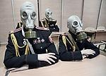 Jeunes s'entraînent à porter un masque à gaz dans une académie militaire de Kiev. Depuis le début du conflit qui oppose les séparatistes prorusses du donbass et les forces gouvernementales ukrainiennes, les écoles militaires font salle comble, Kiev, Ukraine, janvier 2018.
