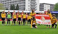 Bekerfinale 2012 : WD Lierse SK - Standard Femina :.de vlag van standard met de line-up.foto David Catry / Joke Vuylsteke / Vrouwenteam.be