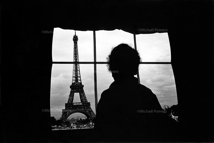 Boy looking Eiffel tower.<br /> <br /> Garcon en train de regarder la tour Eiffel.