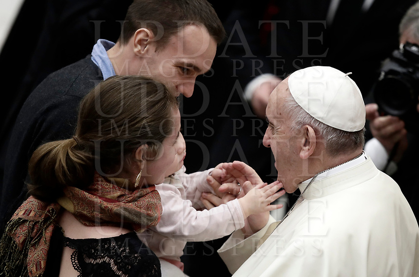 Una bambina accarezza il viso di Papa Francesco al termine dell'Udienza Generale del mercoledi' in aula Paolo VI in Vaticano, 3 gennaio 2018.<br /> A child touches Pope Francis face at the end of the weekly general audience in Paul VI Hall at the Vatican, on January 3, 2018.<br /> UPDATE IMAGES PRESS/Isabella Bonotto<br /> <br /> STRICTLY ONLY FOR EDITORIAL USE
