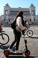A crowd of cyclists, runners, and scooters passing by in Piazza Venezia in occasion of the anniversary of Italy's liberation from nazi-fascism (Liberation Day).<br /> Rome (Italy), April 25th 2021<br /> Photo Samantha Zucchi Insidefoto