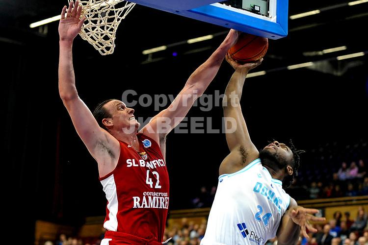 GRONINGEN - FIBA Basketbal-bubbel. finale, Donar - Lisboa Benfica seizoen 2021-2022, 01-10-2021, Donar speler Lotanna Nwogbo met Benfica speler Dennis Clifford